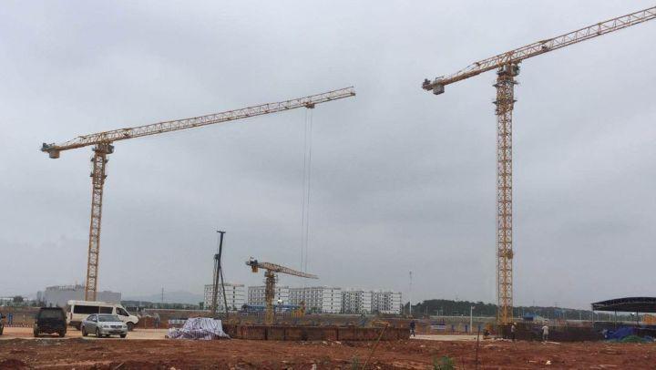 钢结构建筑可不简单。在全球正在修建和已经建成的400米以上的高层建筑前50栋中,25栋在中国。这25栋高楼基本上都是钢结构。除了在超高层领域,在民建领域、大跨度的机场、体育馆等的运用也已经非常广泛。 问题来了,钢结构自身有什么优势呢? 抗震耐久,高性能钢材强度高、塑性好,破坏时为延性破坏,可有效降低地震冲击力; 绿色环保,施工过程湿作业少、噪音小、粉尘少、建筑垃圾少,钢材可100%回收利用; 布局灵活,采用非承重轻质隔墙,空间可变,可根据住户不同要求而灵活变换; 施工便捷,设计标准化、模数化,构件工